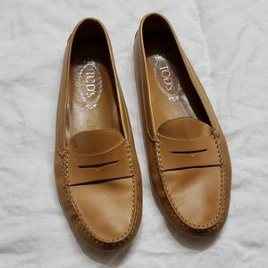 Tod's womens driving loafers beige